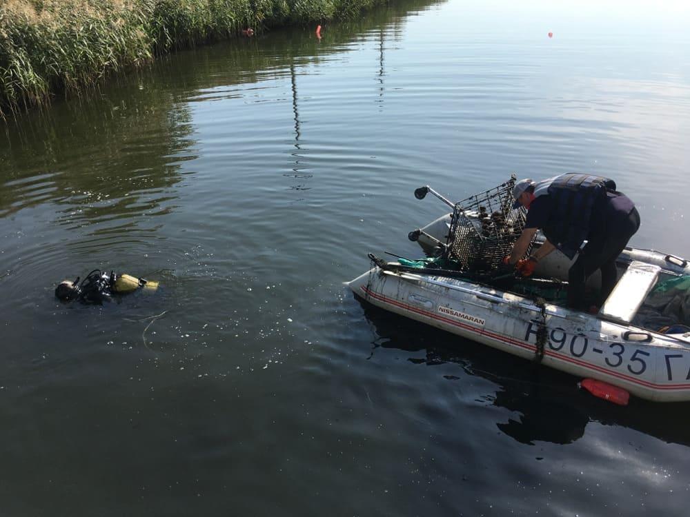 Водолазы приступили к очистке Мещерского озера от мусора