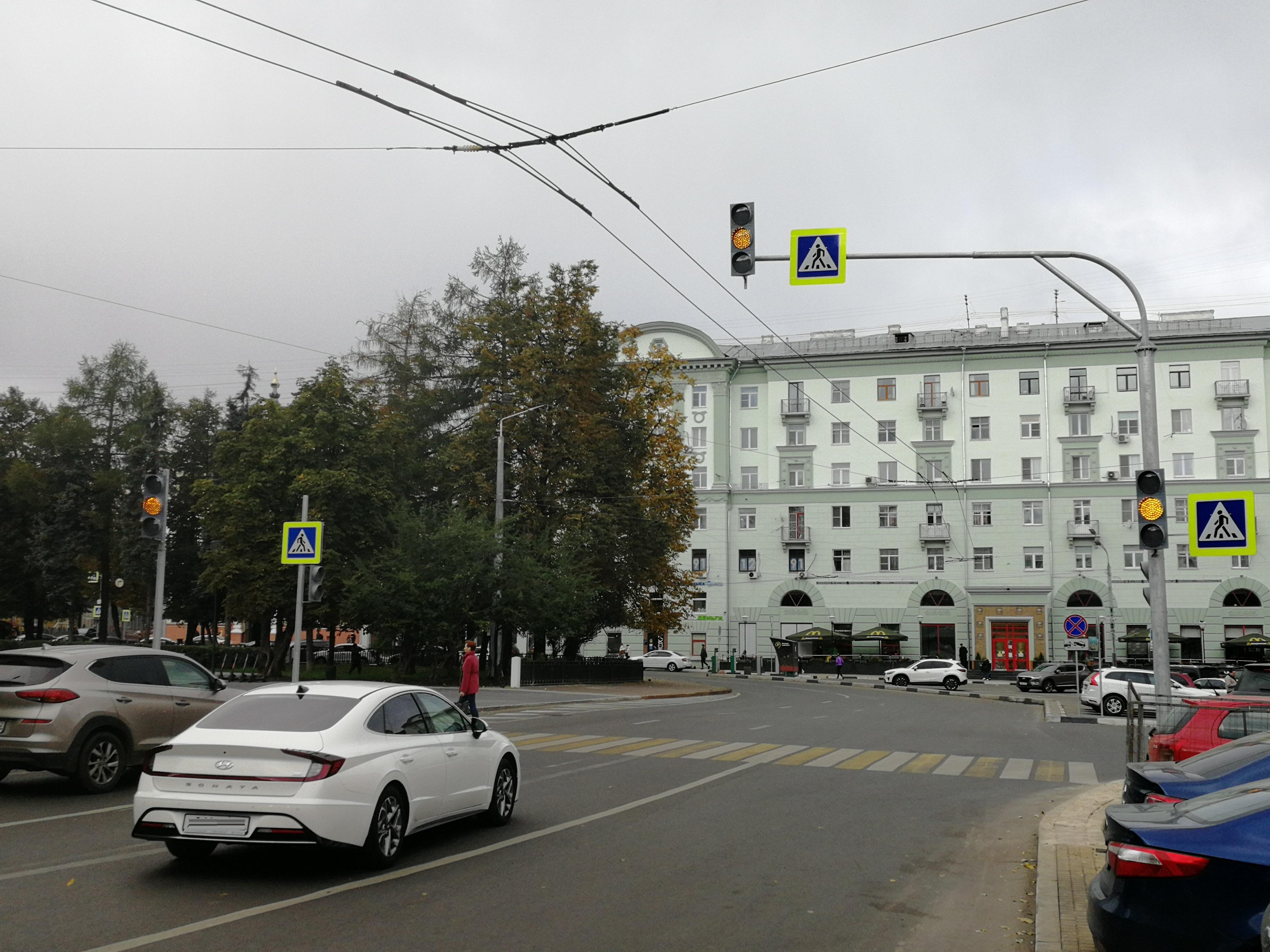 Светофор установили на пешеходном переходе на площади Горького - фото 1